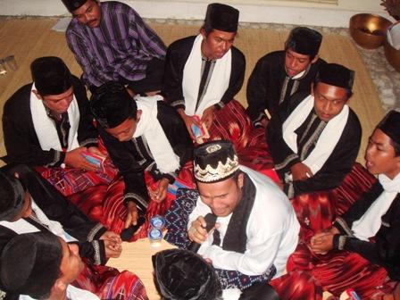 Jum'at, 09 January 2008 - Persembahan Dalael Khairat oleh Kelompok Bijeeh Muda santri TPA Al Fatah Yayasan H. Harun Keuchik Leumik desa Lamseupeung pada saat Acara Perayaan hari asyura di kediaman Aceh Cultural Institute, Banda Aceh